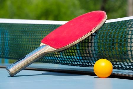 ping pong: pelota y la raqueta de tenis de mesa Foto de archivo