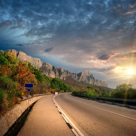 horské slunce a silnice bez aut