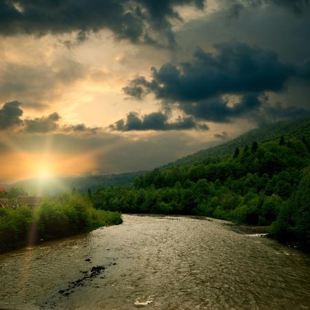Východ slunce na horské řeky. Venkovské krajiny