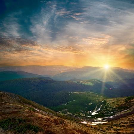 majestátní horské slunce a barevné nebe s mraky Reklamní fotografie