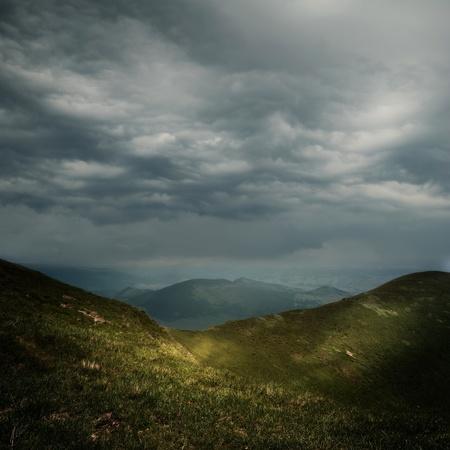 bouřkové mraky nad horami