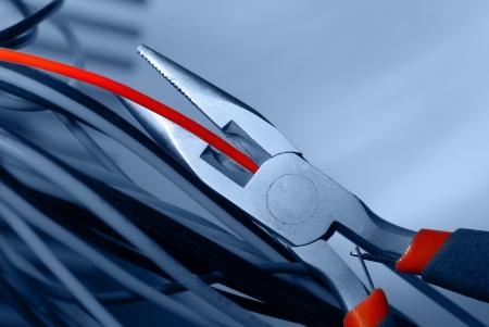 alicates: pinzas de cortar el cable rojo Foto de archivo