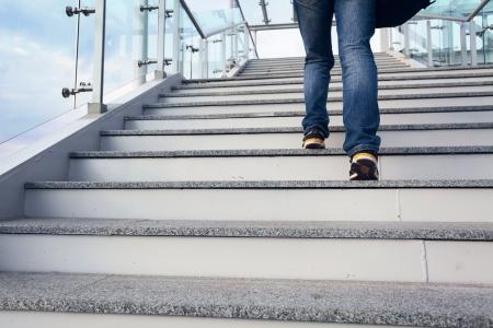 muž na schodech kancelářské a modrou oblohu, nohou detailní