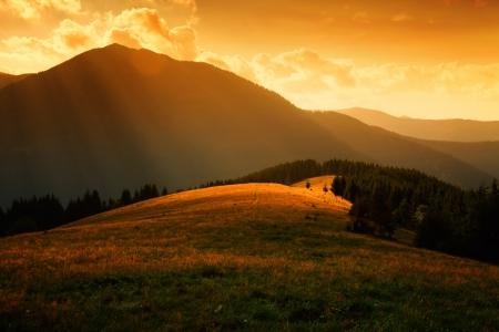 sluneční paprsky přes mlhavé kopce a světlem v horském údolí