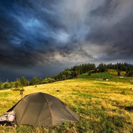 over the hill: Tienda tur�stica y oscuras nubes de tormenta sobre la colina de pinos