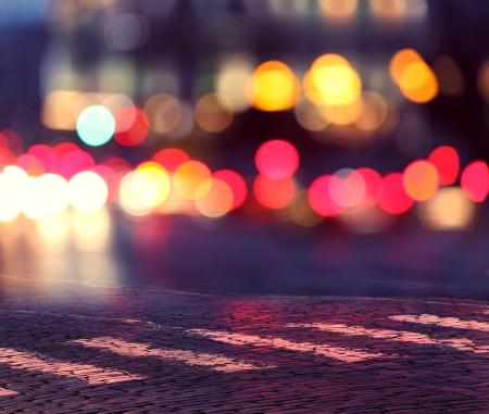市および横断歩道に夜ライト