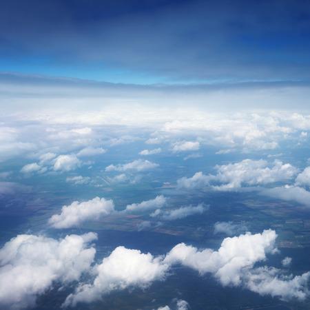 letecký pohled nad mraky na modré obloze