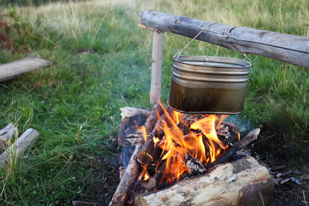 campamento: fuego de campamento y preparar la comida en la caldera Foto de archivo