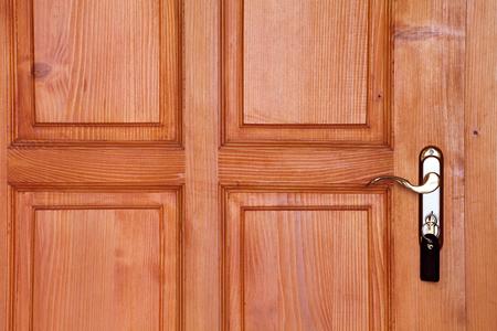 puertas de madera: puerta de madera de color marrón con mango y la clave en primer ojo de la cerradura