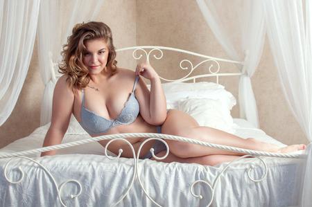 lenceria: femenino de la talla en la cama Foto de archivo