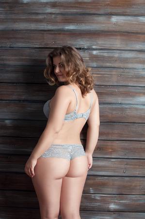 curvas: curva femenina en ropa interior un paso atrás