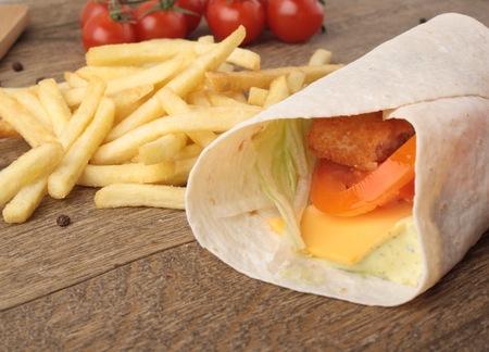 plato del buen comer: Pescado a la plancha con tomate y cebolla en pan de pita Foto de archivo
