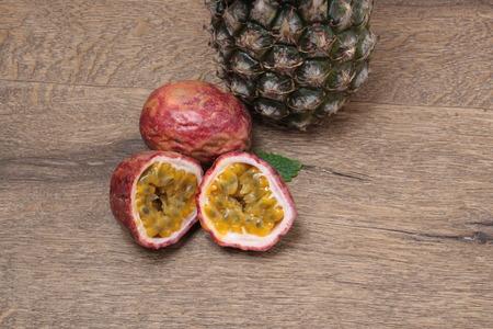 Les fruits exotiques sur une table en bois
