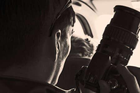handsom: Fot�grafo con c�mara en el movimiento de autom�viles. �l se prepara para tomar el tiro.  Foto de archivo