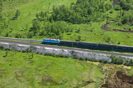 シベリア横断鉄道の列車の移動の鳥の目の写真