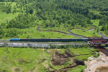 ライン トランスシベリアン鉄道そこに航空写真ビューが表示されますいくつかの橋と走行中の列車