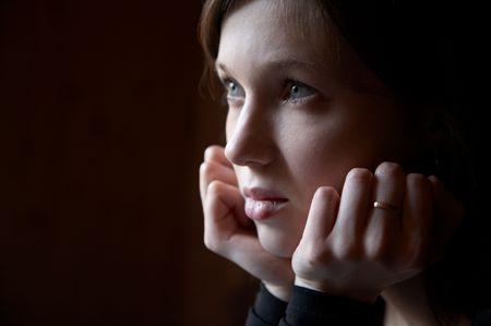 pensiveness: Ritratto della ragazza in una tonalit� scura su uno sfondo scuro