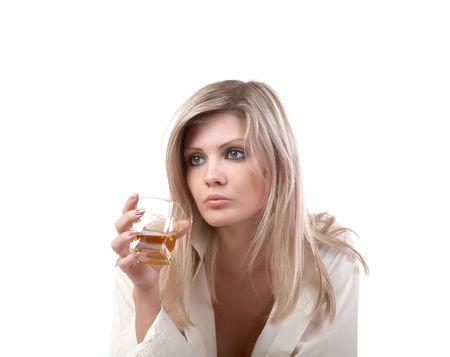 pensiveness: La ragazza con un bicchiere di whisky su uno sfondo bianco Archivio Fotografico