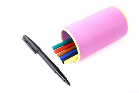 hued: Marker and felt-tip pens in support on a white background