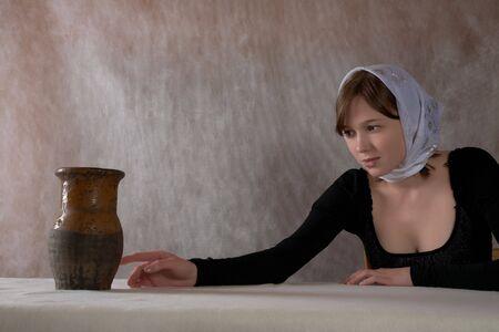 pensiveness: Ritratto della ragazza in una bandana in un interno Archivio Fotografico