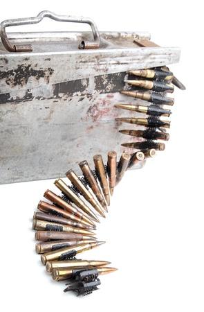 machine-gun: Machine-gun tape met cartridges keren Tweede Wereldoorlog op een witte achtergrond