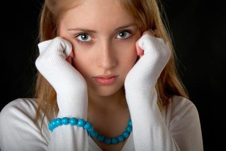 fille pull: La fille aux perles et bracelet sur fond noir