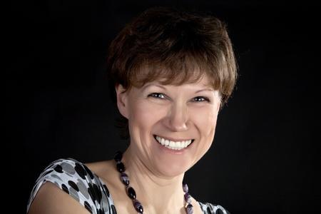 黒い背景に平均年の笑顔の女性 写真素材 - 9426390