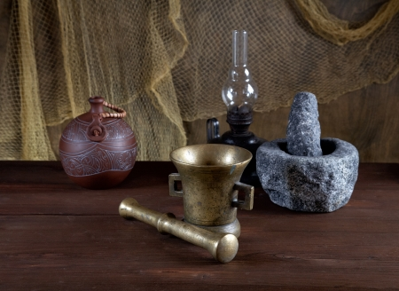 morter: Still-life con mortai e una lampada ad olio su un vecchio tavolo Archivio Fotografico