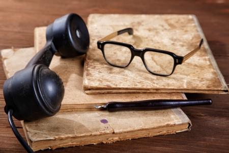 古い執筆本のペン先と電話のある静物 写真素材 - 24237155