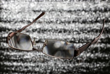 reflexion: gafas con la reflexi�n sobre un fondo brillante Foto de archivo