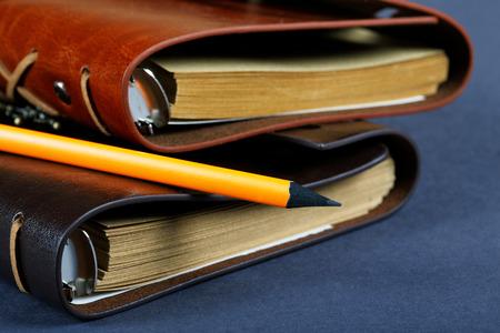 革カバーと鉛筆でノートブックの杭をクローズ アップ 写真素材 - 33823316