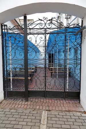 puertas de hierro: Puertas de hierro forjado y pilares de caf� de la acera