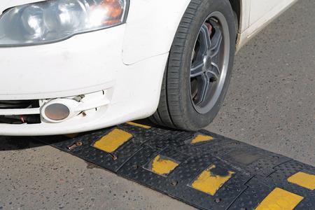 車のタイヤに睡眠の警官が発生しました。 写真素材 - 64092788