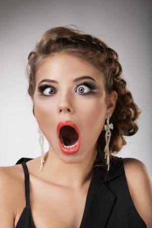 emotions faces: Portr�t der jungen M�dchen Br�nette, verr�ckte Person