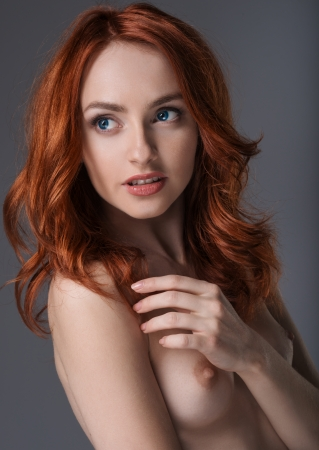 the naked girl: Retrato de una chica desnuda con pelo rojo Foto de archivo