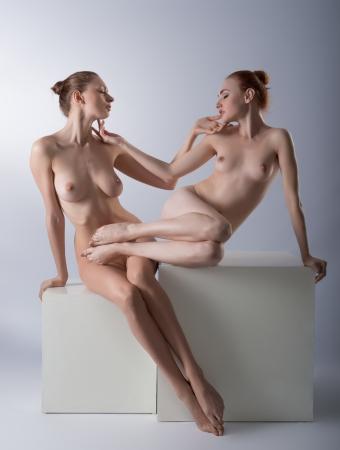 young nude girl: Zwei nackte M�dchen posiert im Studio Lizenzfreie Bilder