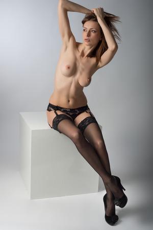 beaux seins: Jeune photo de nudité de fille en lingerie