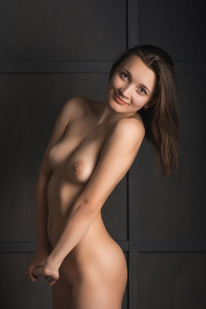 naked woman: Обнаженная девушка позирует в студии