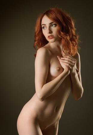 desnudo de mujer: Chica desnuda posando en el estudio