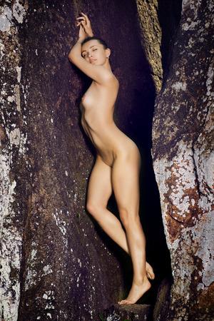 young nude girl: Junge nackte M�dchen posiert in der Natur