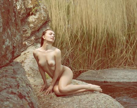 junge nackte m�dchen: Junge nackte M�dchen posiert in der Natur