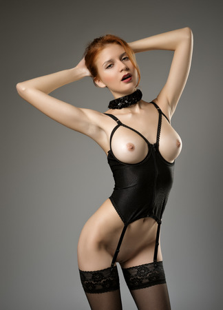Красивая девушка позирует голая Фото со стока