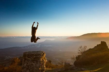 太陽に対して山の中を手で自由人 写真素材