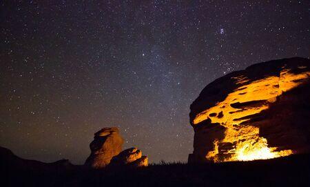 bounfire ライト男と星を空に座ってと大きな岩