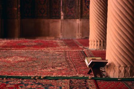 イランでイスラムのモスクでコーランの本
