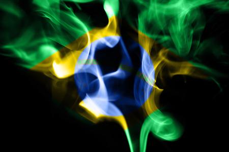 aromatický: barevný kouř z aromatických indických tyčinek na černém pozadí Reklamní fotografie