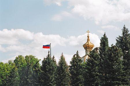 palacio ruso: Peterhof. Bandera rusa y la C�pula del Palacio.