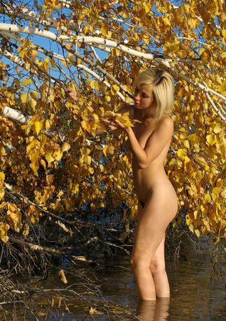 femme se deshabille: Fille et feuilles automnales de bouleau