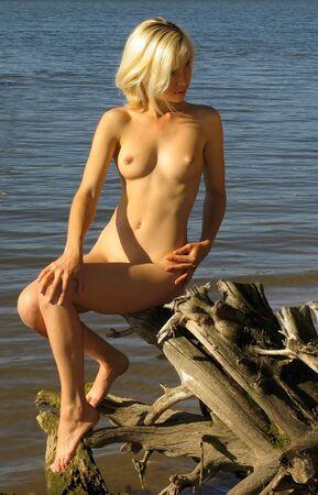 femme se deshabille: Blonde fille pr�s de la rivi�re