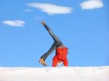 Cartwheel sur la neige sous ciel bleu